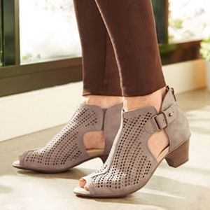 New Earth Shoes sz 7.5 Keri taupe suede booties